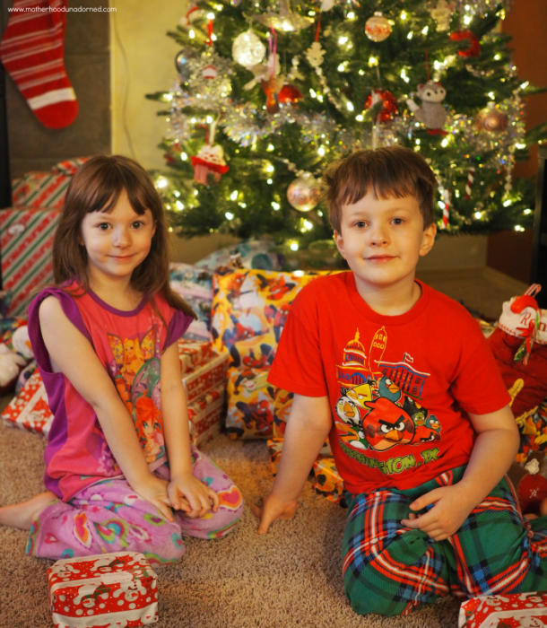 kids-in-front-of-christmas-tree